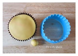 Corta un círculo de fondant del tamaño de la cupcake