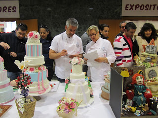 Ver a dos de los jueces evaluando tu tarta, wow es muy pero muy emocionante