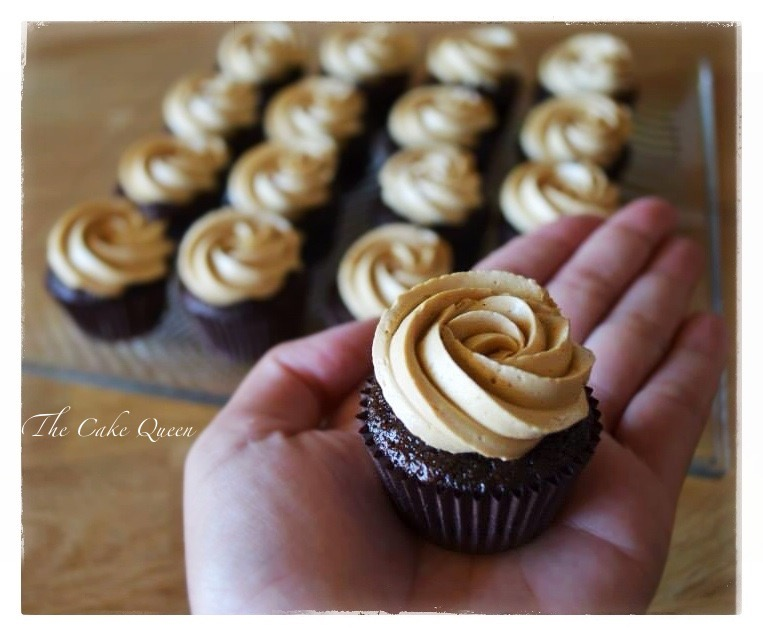 Mini Cupcakes de chocolate con crema de merengue suizo de dulce de leche