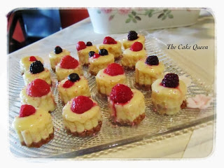 La mesa rosa para el bautizo de Alba, mini cheesecakes con cobertura de chocolate blanco y frutos rojos