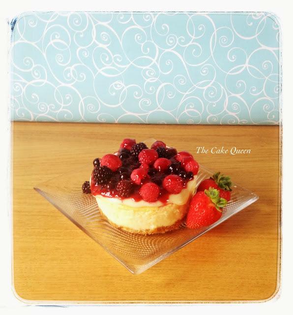 Cheesecake con cobertura de chocolate blanco y frutas frescas