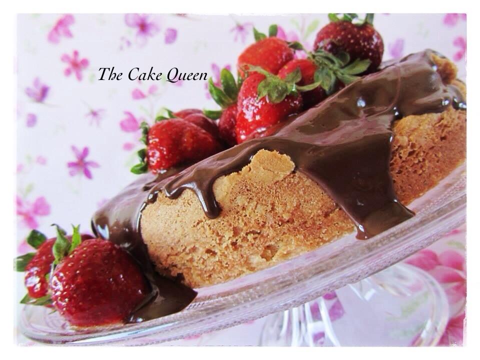 Tarta suiza de avellanas, el chocolate y las fresas le dan un toque maravilloso a este bizcocho