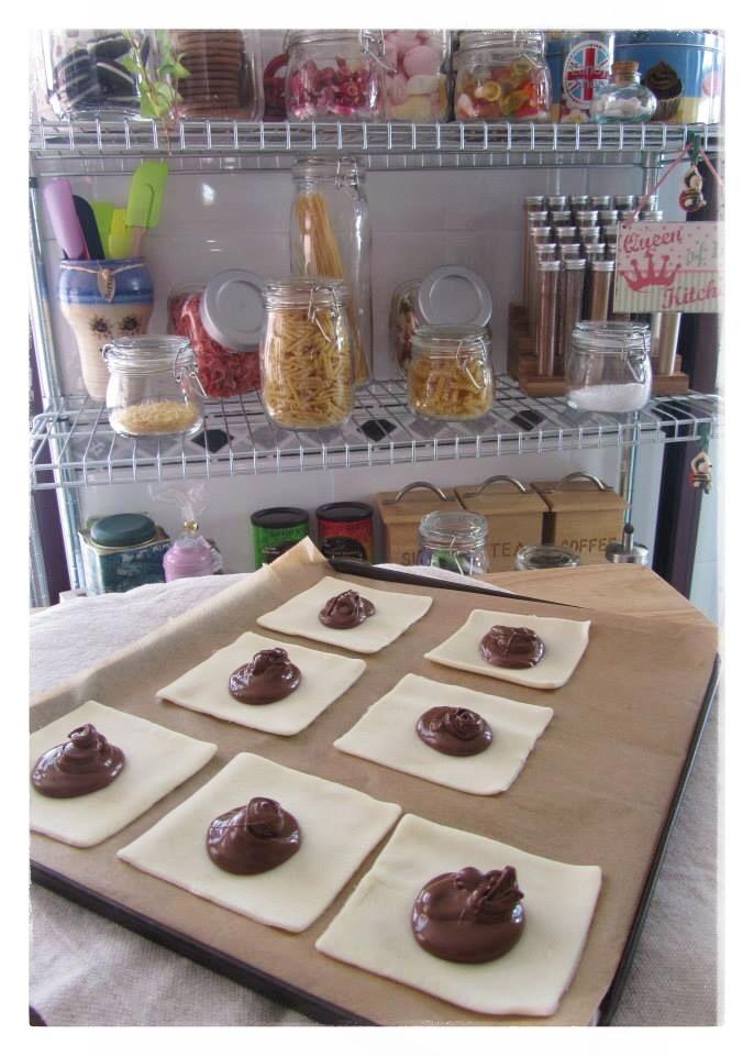 Sobres de hojaldre rellenos de nutella: En el centro de nuestros cuadrados colocamos una ó dos cucharaditas de nutella