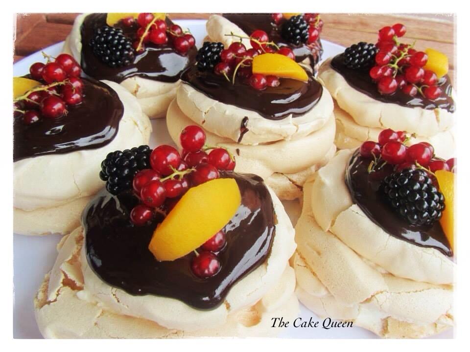 Mini Pavlovas con mascarpone y cobertura de chocolate y frutas