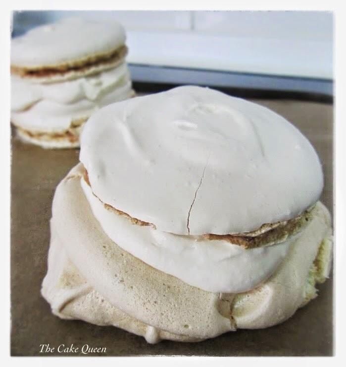 Coloca ahora tu pavlova lisa sobre la crema, a manera de sandwich