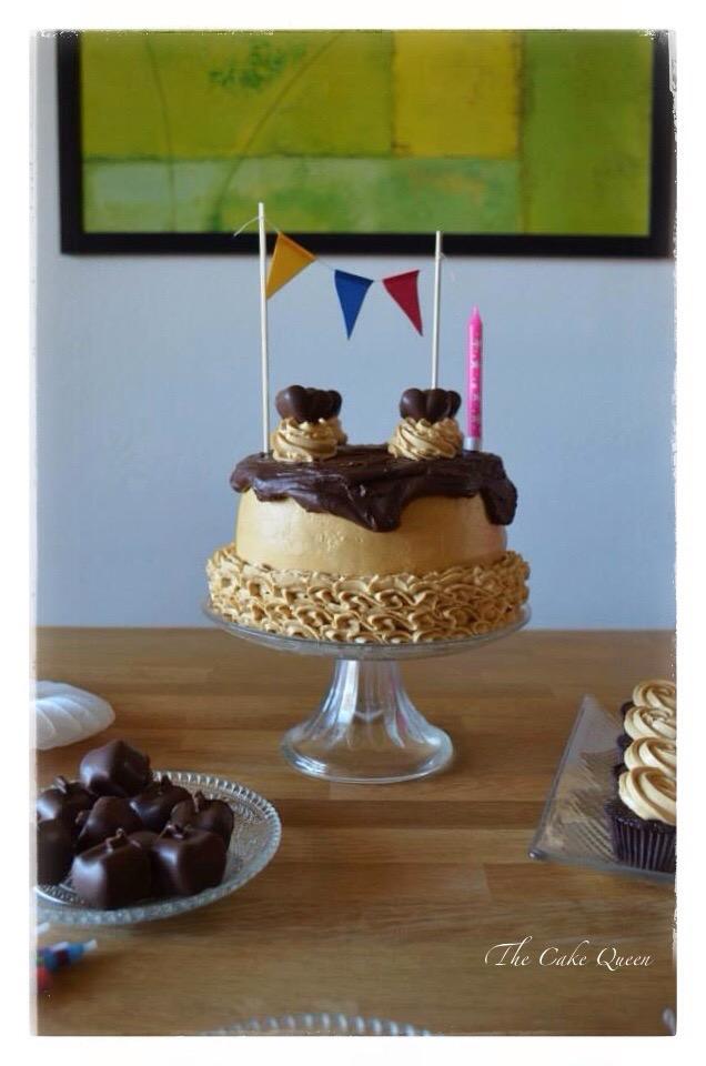 """Mi tarta de cumpleaños """"Tarta de chocolate y dulce de leche"""", mi mesa de cumpleaños tenía una tarta central, mini cupcakes de chocolate y bombones rellenos de dulce de leche......como buena amante del chocolate todo era choco y por supuesto dulce de leche"""