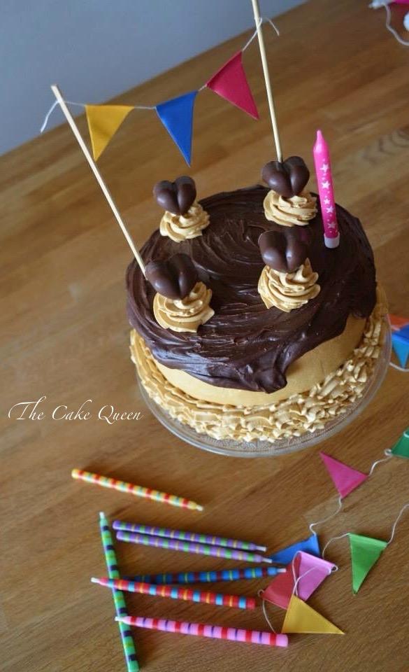 """Mi tarta de cumpleaños """"Tarta de chocolate y dulce de leche"""",una mesa dulce muy cuca. Vista cenital de la tarta de chocolate y dulce de leche, una tarta con un relleno y cobertura de merengue suizo de dulce de leche y ganache de choco"""