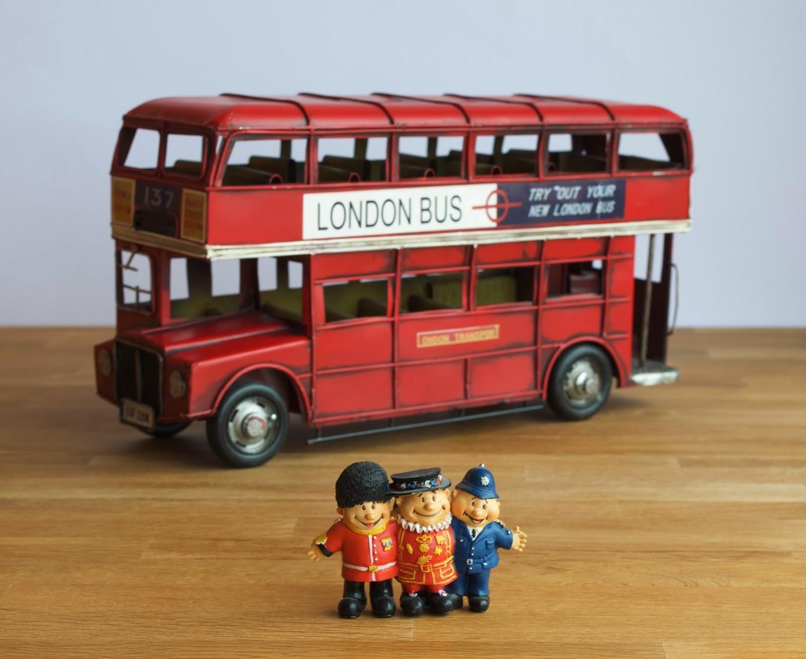 Plum cake de frutas del bosque, en esta foto están el autobús tan típico londinense y los tres gorditos policías