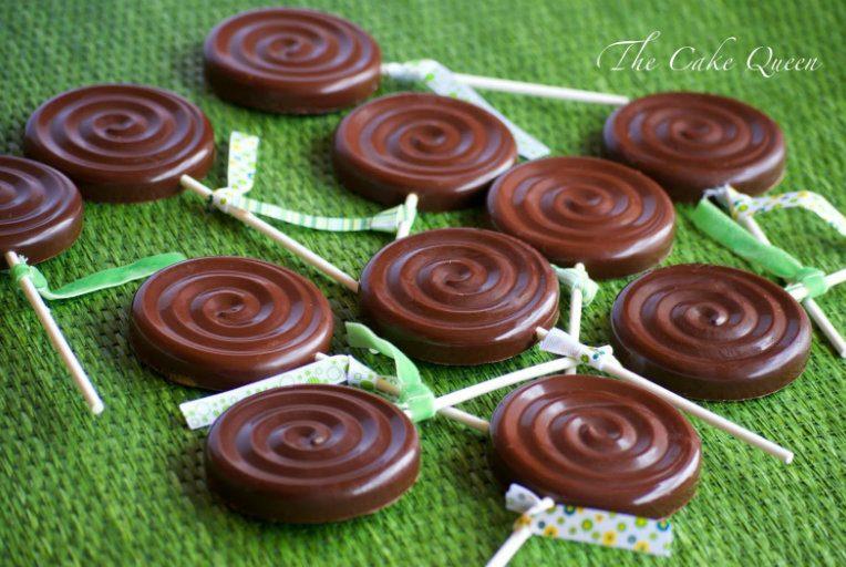 Piruletas de bizcocho y chocolate