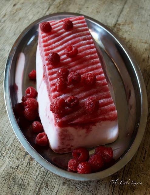 Semifreddo de Yogur de pie de frambuesas y nata, un postre precioso y lo mejor lo rico que es