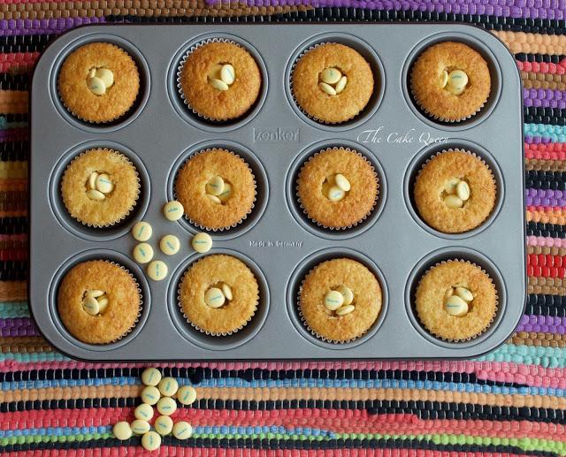 Vista cenital de los cupcakes de vainilla con el centro PIÑATA