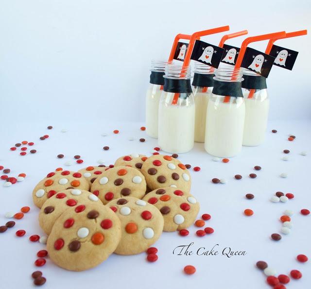 Ideas para Halloween con mini lacasitos: Galletas de mantequilla y mini lacasitos, con una buena taza de leche que ricas son