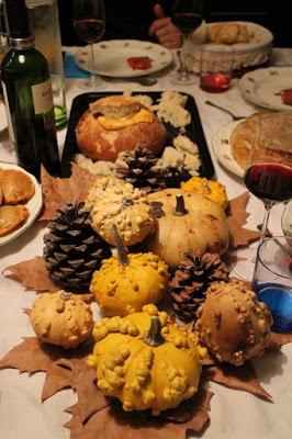 Pan portugués de chorizo en el centro de la mesa. Yo preparé el pan portugués para la cena de halloween que organizó mi amiga Ana en su casa