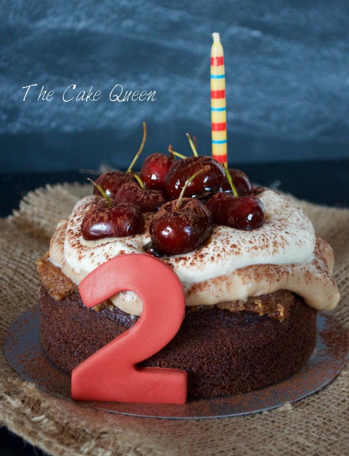 Tarta de mousse de castañas y ron, con una vela grande y un 2 para celebrar el segundo cumple blog de mi compañera
