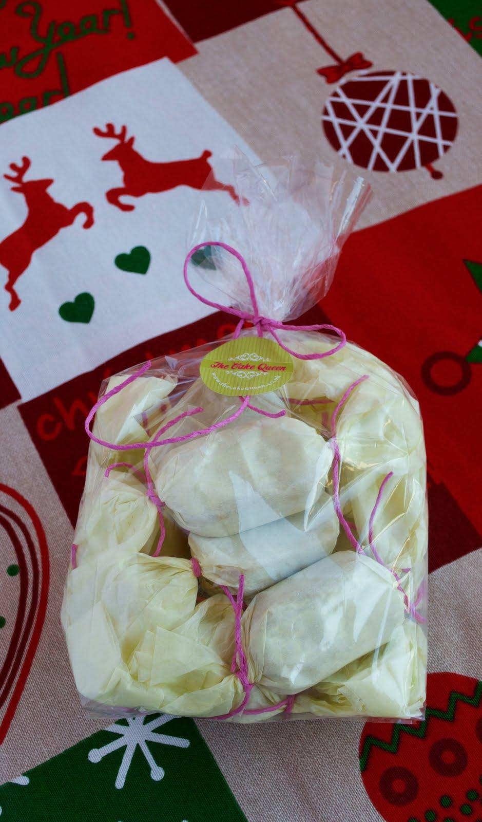 Mantecados de limón, envueltos en papel de seda amarillo