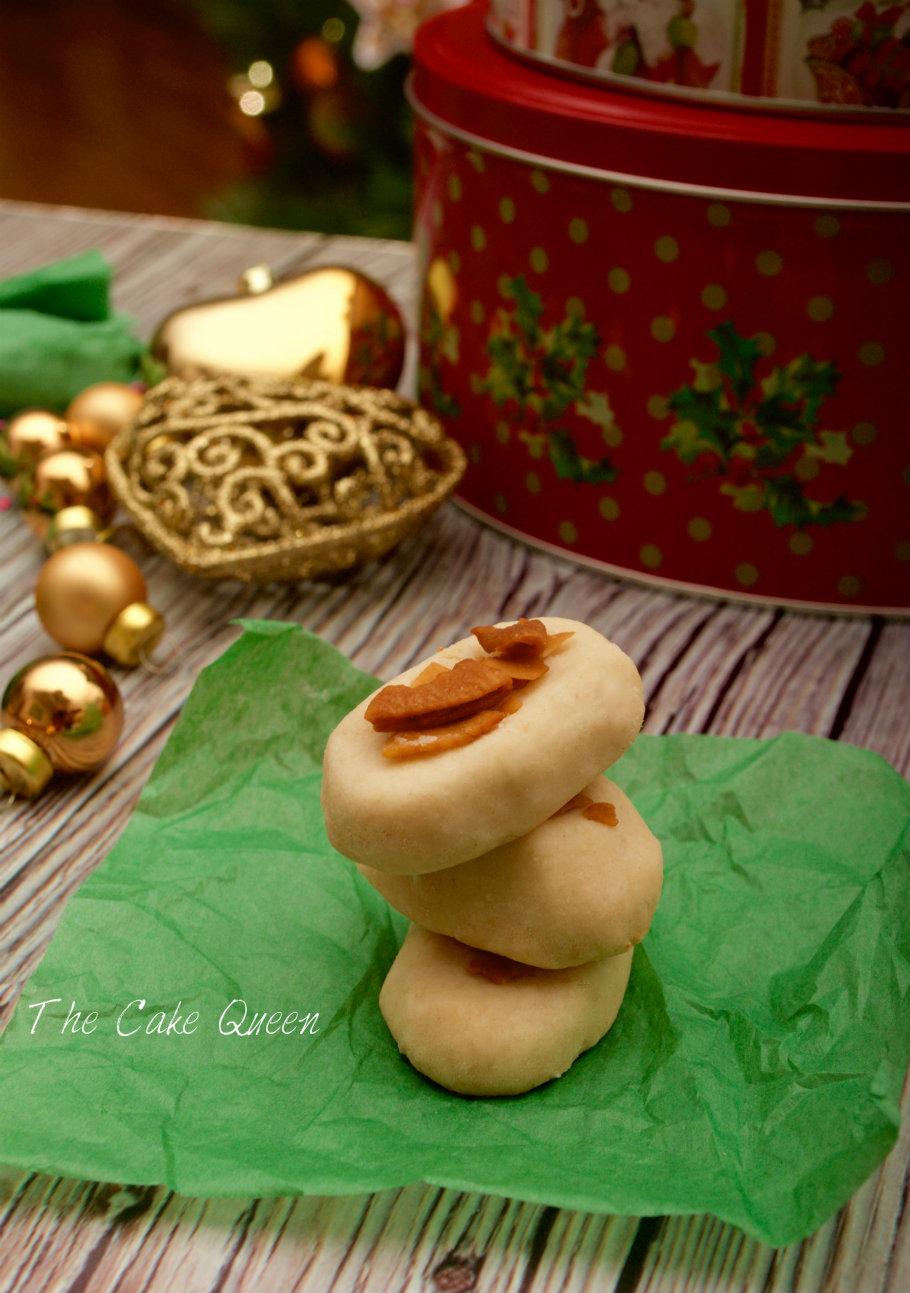 Mantecados de coco con láminas de coco caramelizadas