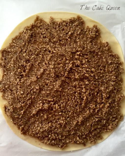 Extiende los frutos secos sobre tu lámina de hojaldre
