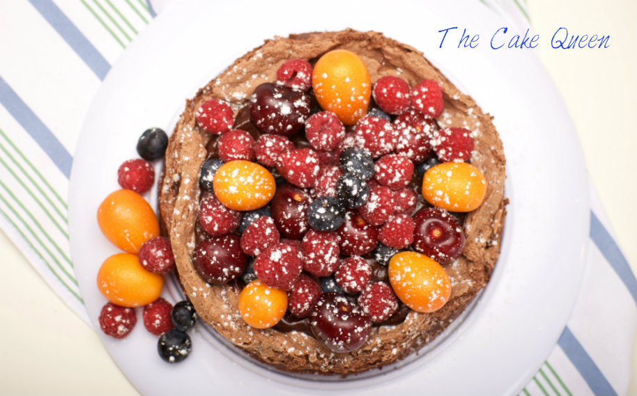 Tarta de chocolate y merengue con frutas frescas para VALOR, una vista cenital de esta tarta