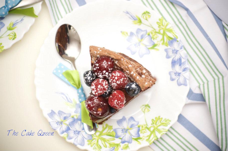 Tarta de chocolate y merengue con frutas frescas para VALOR, un trozo de esta tarta
