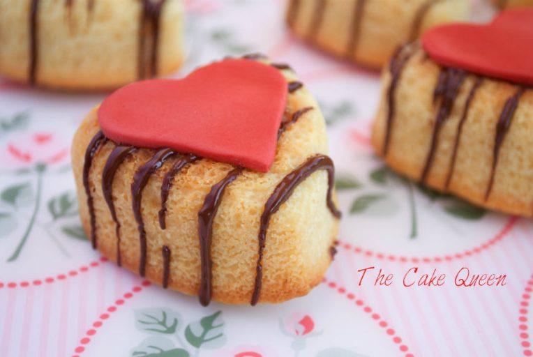 Mini bizcochos de chocolate blanco con relleno de ganaché de chocolate blanco y frambuesas