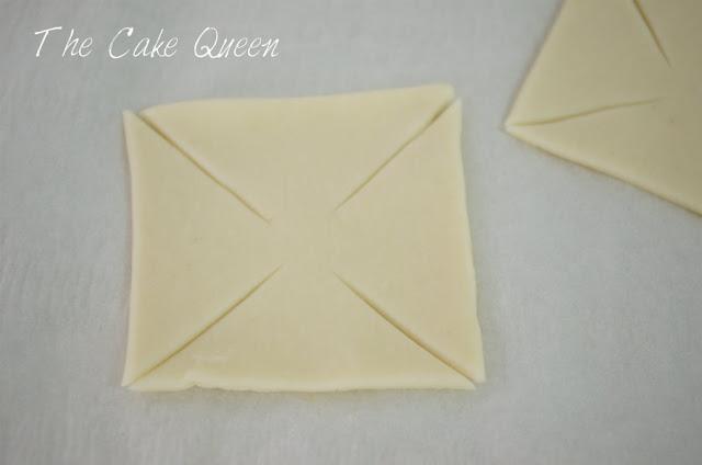 PASO 2: En cada cuadrado tenemos que realizar un corte que vaya desde la esquina hacia el centro pero sin llegar a éste, tenemos que hacer4 cortes en total y recuerda no llegues al centro del mismo
