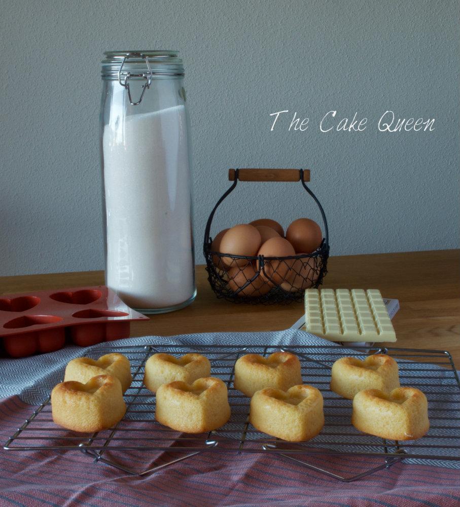 Preparación de los mini bizcochos de chocolate blanco con centro de ganaché de chocolate blanco y frambuesas