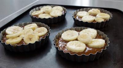 mini tartas banoffe pie y dulce de leche: sobre el dulce de leche coloca las rebanadas de plátano