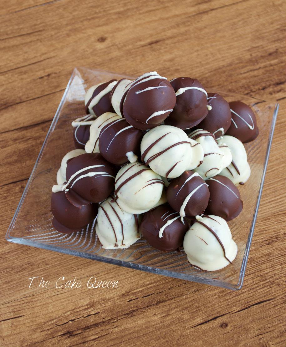 Cake balls de sobaos pasiegos con ganaché de chocolate (bolas de sobaos pasiegos con queso crema y ganaché de chocolate)