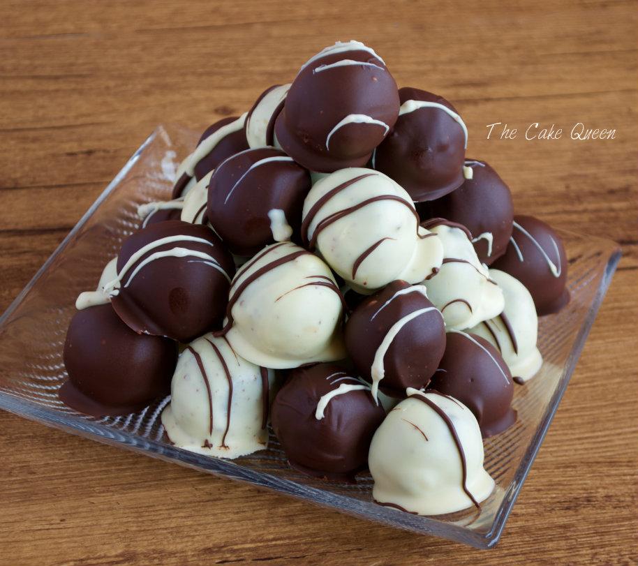 Sobaos pasiegos: cake balls de sobao pasiegos con ganaché de chocolate (bolas de sobaos pasiegos con queso crema y ganaché de chocolate)