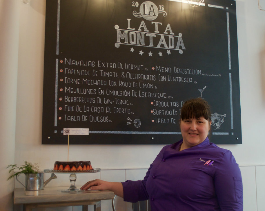 "Reunión clandestina de reposteros temática ""TARTAS SORPRESAS"":Diana con su tarta"