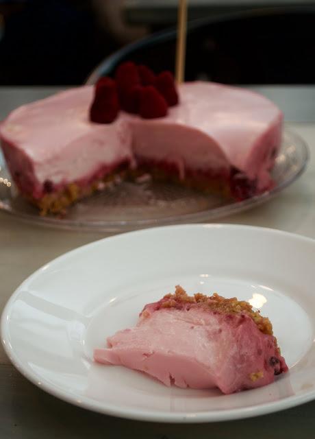 trozo de la tarta cítrica de yogur y frambuesas