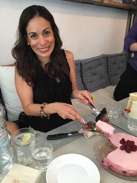 esta soy yo cortando la tarta cítrica de yogur y frambuesas