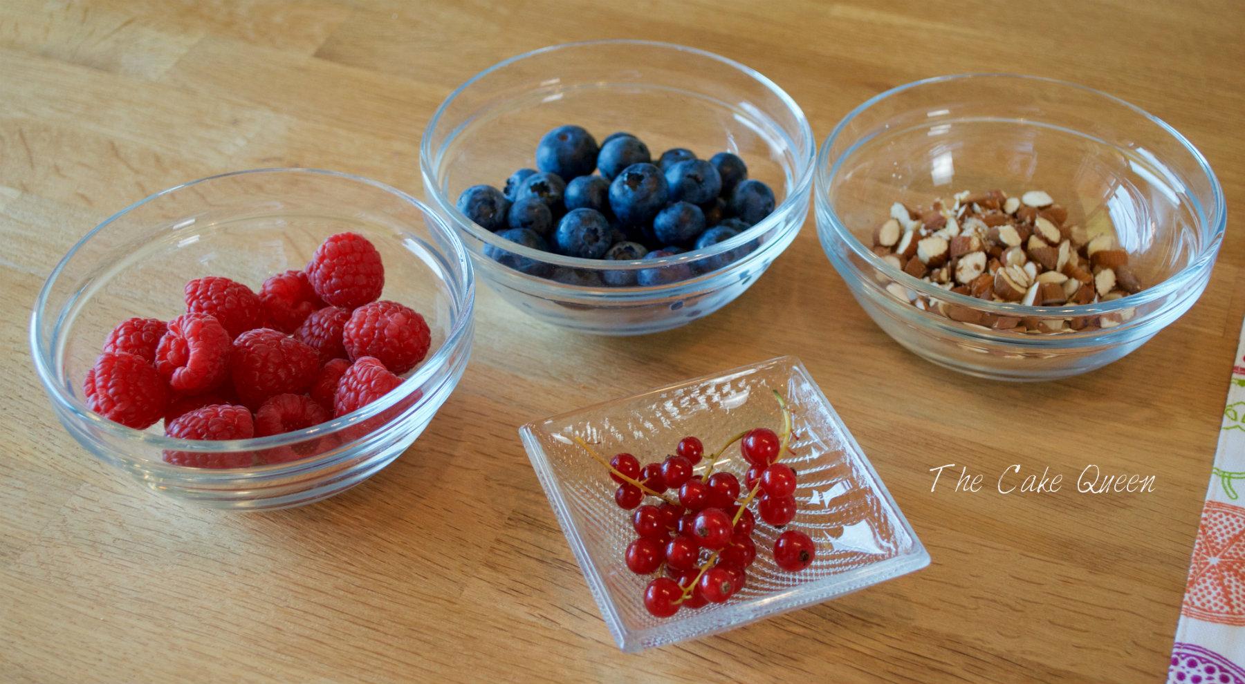 Ingredientes para el batido de chia, almendras y frutas del bosque arándanos, grosellas, frambuesas y almendras troceadas