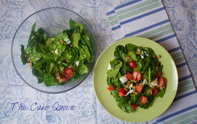 Ensalada de espinacas, queso y fresas, perfecta para el verano