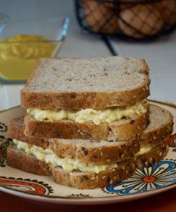 Sándwich inglés de mostaza y huevo