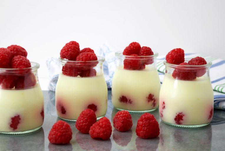 Gelatina de yogur de piña y frambuesas