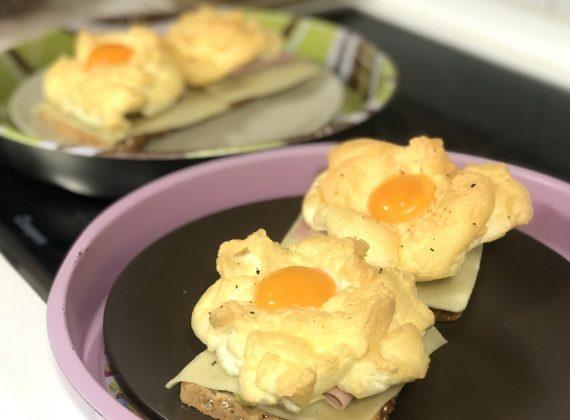 Tostas de huevo en las nubes y aguacate